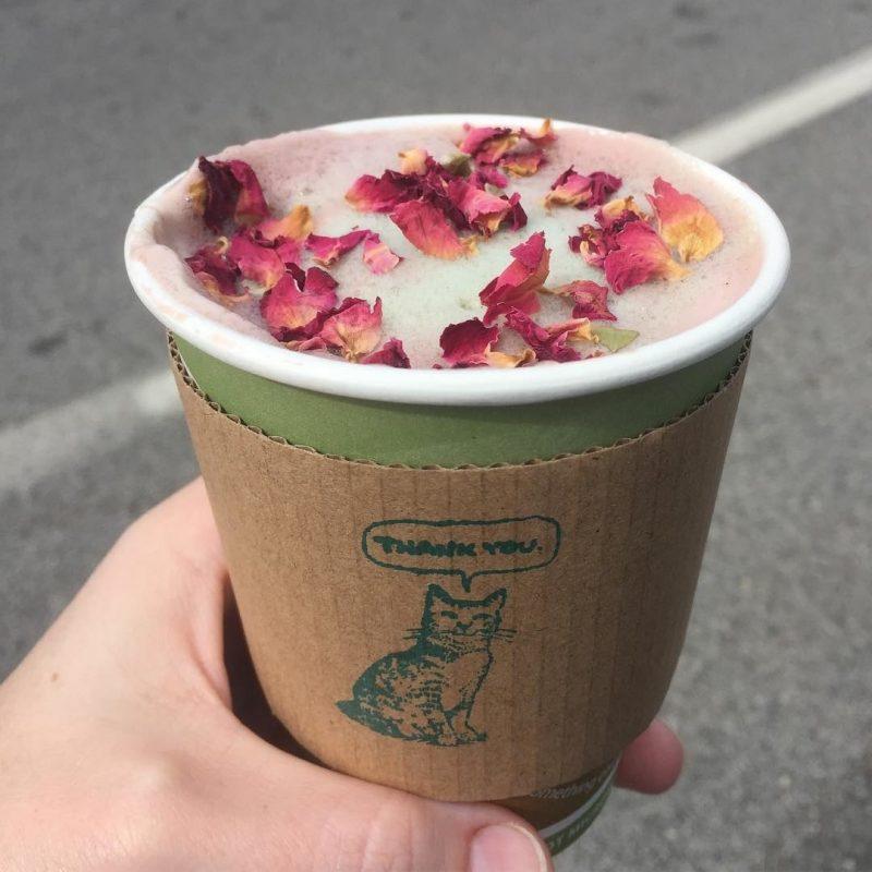 cafe con petalos