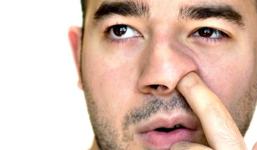 dedo en la nariz