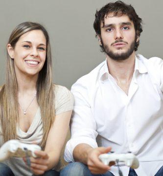 pareja jugando