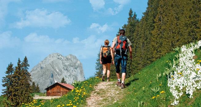 hombre y mujer andando