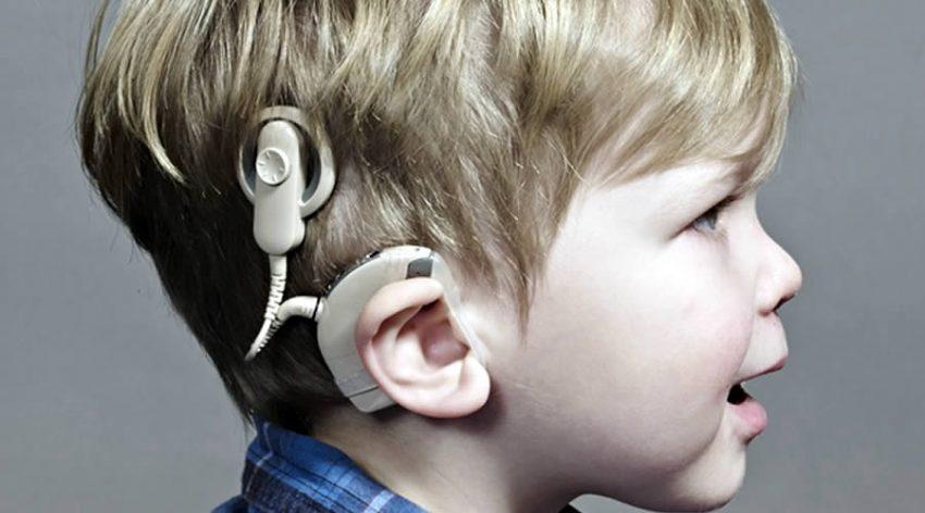 niño con audifono